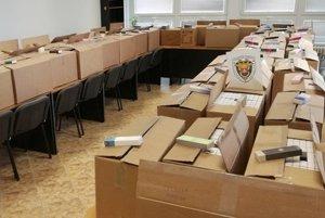 Colníci zhabali desiatky kartónov falošných parfémov.