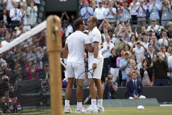 Rafael Nadal (vľavo) blahoželá k postupu Gillesovi Mullerovi.