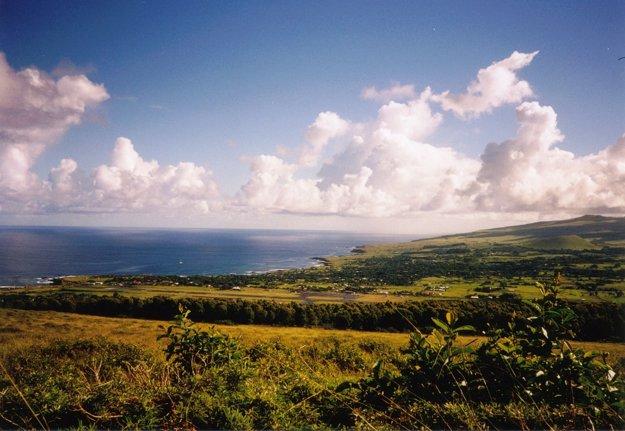 Pobrežie Veľkonočného ostrova v Tichom oceáne.
