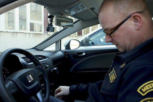 Prievidzskí spolicajti využívajú v služobných autách minikamery.