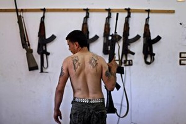 Ľahkých zbraní ako samopaly AK47 majú sýrski rebeli dosť, potrebujú protitankové a protiletecké zbrane, myslí si americký senátor John McCain.