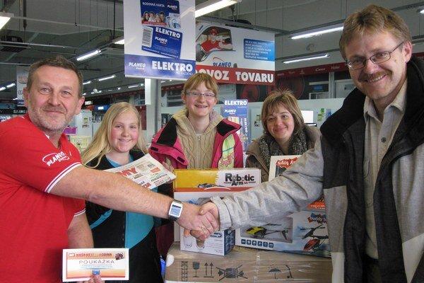 V predajni PLANEO Elektro v Prievidzi si Bullovci prevzali hlavnú cenu.