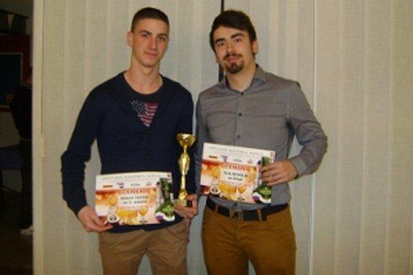 Róbert Vavro (vľavo) a Erik Mihálik absolvovali barmanskú súťaž.