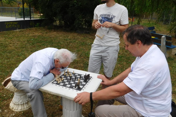 Unikátny šachový stolec pre nevidiacich.