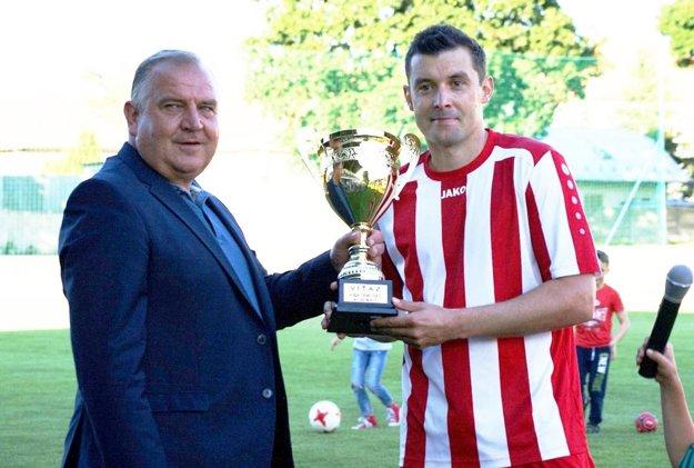 Martin Rusňák st. z Tovarník s víťazným pohárom.