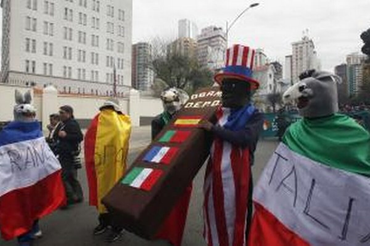 Protestujúci pred americkým veľvyslanectvom v meste La Paz. e6e2657fd2c