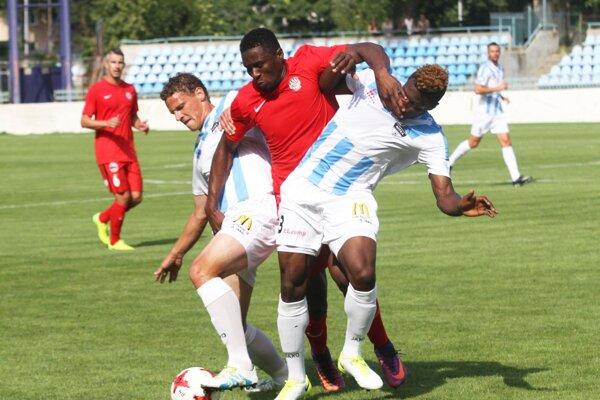 Skóre zápasu otváral brnenský útočník Koné. Na snímke medzi Šimončičom a Nibom.
