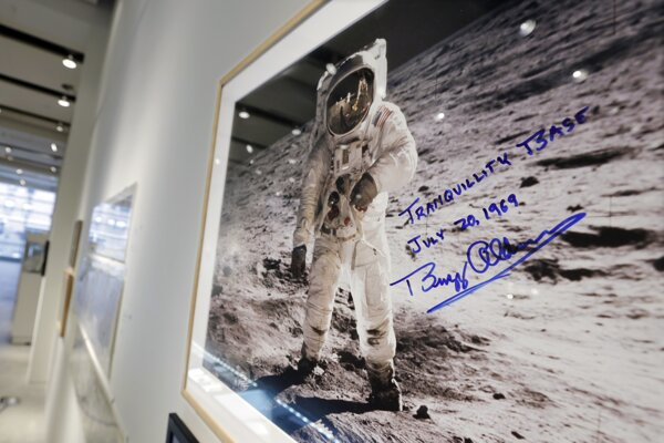 Neil Armstrong na fotografii vyhotovenej Aldrinom.
