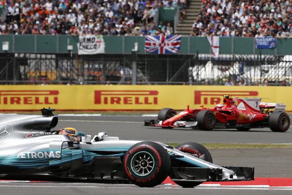 Lewis Hamilton na Mercedese pred Kimi Raikkonenom na Ferrari.
