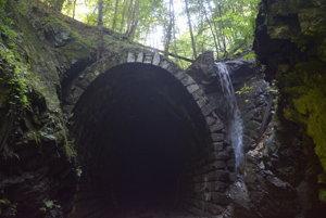 Vstupný portál tunela od Magnezitoviec. Vodopád pri tuneli je predstavuje neželanú atrakciu pre turistov.