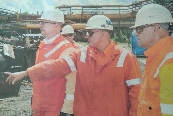Smutný pohľad vedenia. Burritt (vľavo), Buckiso a Salo (vpravo) na mieste nehody.