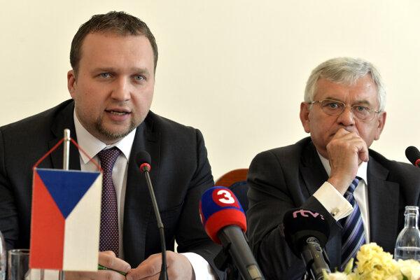 Český minister poľnohospodárstva Marian Jurečka (vľavo).
