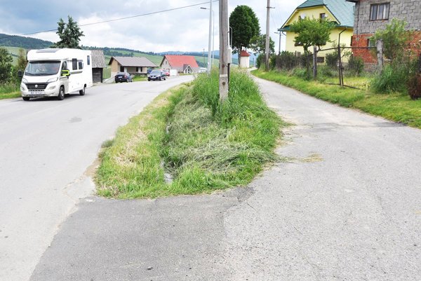 Chodník pôjde popri frekventovanej hlavnej ceste.