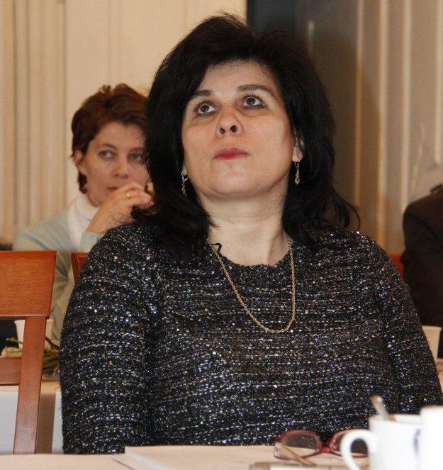 Poslankyňa Klaudia Ivanovičová sa neunúva verejnosti vysvetliť, ako sa k zastupovaniu mesta v spore o truhly dostal jej syn Miroslav Ivanovič. Okresný súd na celej čiare prehral a mesto tak už teraz stráca asi 30-tisíc eur. Ivanovičova mama pritom uprednostňovala súdny spor pred možnosťou mimosúdnej dohody.
