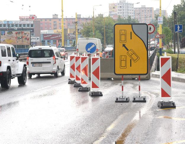 Diera na moste. Júnové opravy problém nevyriešili, znovu sa bude opravovať.