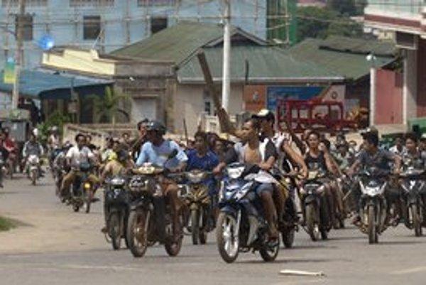 Dav mladých budhistov vyrazil tento týždeň na moslimov v barmskom meste Lašio.