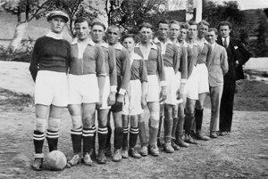Futbalové mužstvo Svinnej zroku 1932 so zakladateľom J. Jakubíkom (vľavo).
