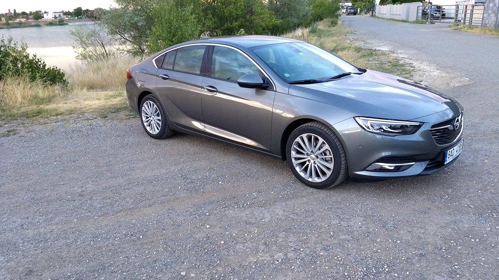 Insignia Grand Sport svojimi tvarmi viac pripomína kupé než liftback.