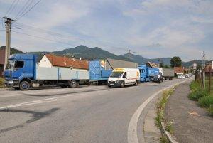 Od Terchovej prišla takáto kolóna kamiónov.