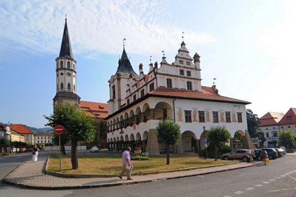 Na vrchol štíhlej veže baziliky (vľavo) vedie 216 schodov.