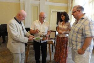 Knihu do života uviedli (zľava) Imrich Točka, Ivan Godál, Janka Svítková apodporovateľ literatúry Peter Koscelanský.