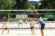 Turnaj sa hrá naraz na štyroch ihriskách v areáli nitrianskeho kúpaliska.