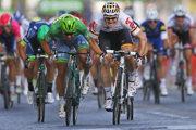 Vlani André Greipel (vpravo) na Champs-Élysées zdolal v záverečnom dojazde Petra Sagana.