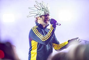 Spevák Jay Kay vymenil na koncertoch indiánsku čelenku za futuristickú helmu.
