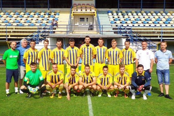 Futbalisti FC ViOn Zlaté Moravce - Vráble B takto nastúpili na posledný prípravný zápas pred sezónou 2017/2018. Horný rad zľava: M. Reischl (tréner), E. Filo (masér), D. Hamar, P. Marek, R. Dzurek, P. Hlaváč, A. Jamrich, D. Šabík, L. Tonka, S. Husár, R. Zima (tréner), J. Zrubec (ved. mužstva). Dolný rad zľava: J. Pichňa, P. Galamboš, V. Roas, L. Jančura, M. Slamka, M. Zrubec, M. Kolčár. Na fotke chýbajú M. Fekiač, P. Balko a T. Šlachta.