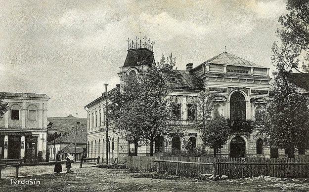 Netradičná ozdoba je na budove od jej postavenia. Fotografia je zo začiatku 20. storočia.