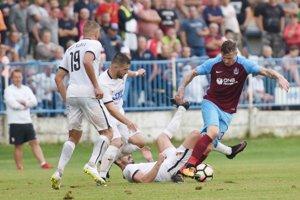 Zľava hráči Serede Denis Ventúra, Martin Mečiar, Marko Malunovič naháňajú Slováka v drese Trabzonsporu Juraja Kucku.