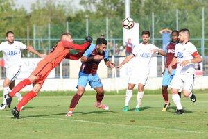 Brankár Serede Richard Stránsky v súboji s kapitánom Trabzonsporu Mustafom Akdasom.