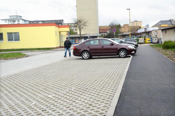 Parkovisko na Vojvodskej. Spoločnosť EEI má povinnosť dokončiť parkovací systém s miestami na státie do konca augusta.