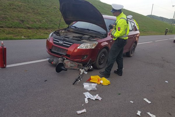Dopravná nehoda sa stala na hlavnej ceste v Považskom Podhradí.