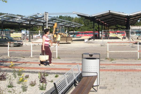 Smetné nádoby na stanici majú v hornej časti priestor na ohorky.