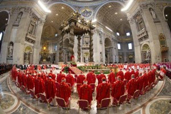 Kardináli sa na voľbu pápeža pomodlili na poslednej omši v Bazilike svätého Petra.