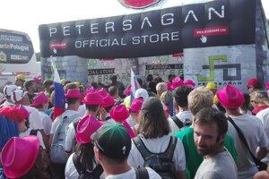 Fandenie aj biznis. Taliani v cieli predávali Saganovým fanúšikom tričká aj rôzne suveníry s jeho obchodnou značkou.