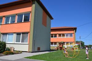 Obnovená budova základnej školy.