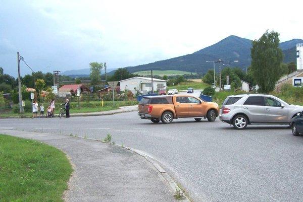 Bezpečne prejsť cez križovatku je často náročné.