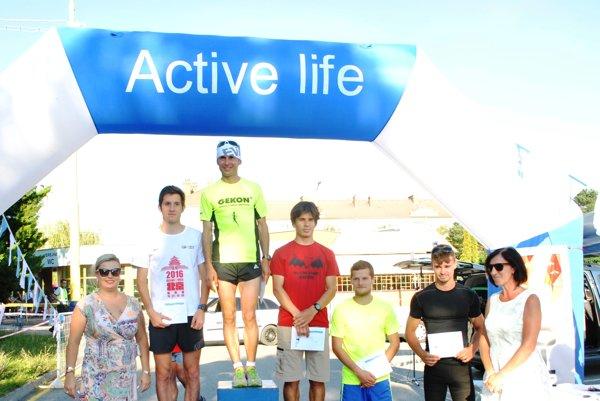 Najrýchlejší muži do 39 rokov. Zľava: Levente Tugyi (druhý), Imrich Pástor (prvý), Ákos Eordogh (tretí), Dominik Jakubkovič (štvrtý), Ludvík Herich (piaty).