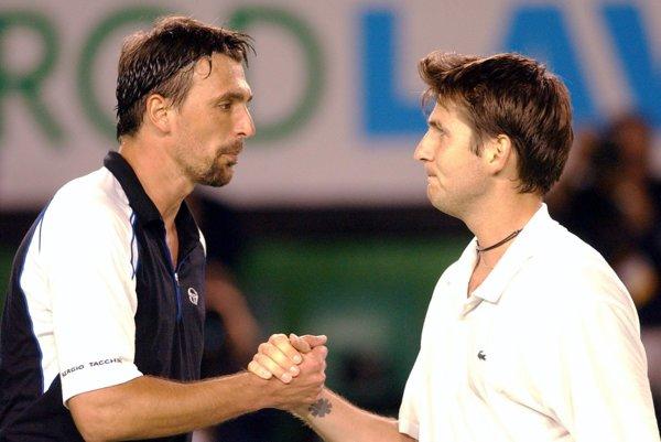 Jérome Golmard (vpravo) na archívnej snímke z roku 2002 po zápase s Goranom Ivaniševičom.