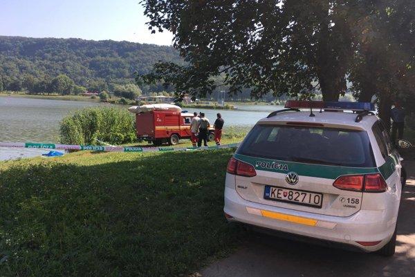 Po hodinách hľadania sa podarilo telo utopeného z vody vytiahnuť.