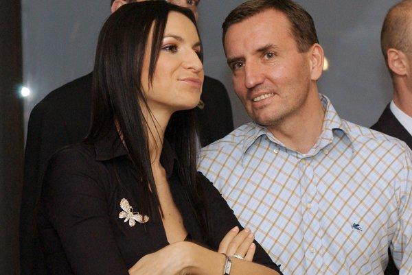 Dospiva s priateľkou na archívnom zábere z roku 2005.