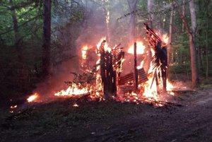 Plamene zničili celú chatu.Niekto ju úmyselne podpálil.