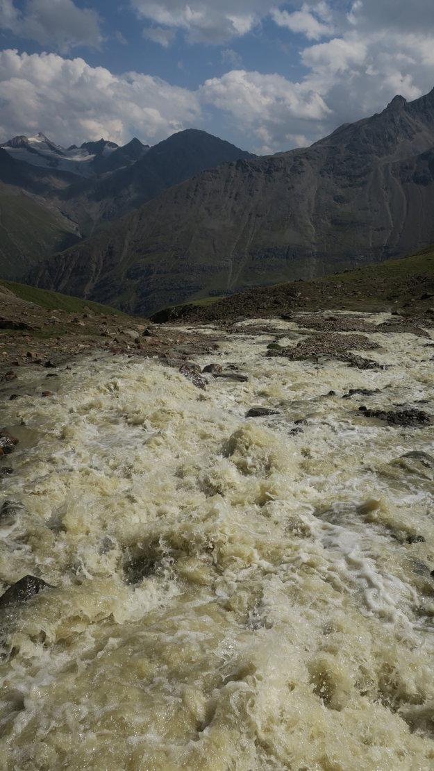Je to neskutočné, ale takéto potoky sa valia zhora z ľadovca.