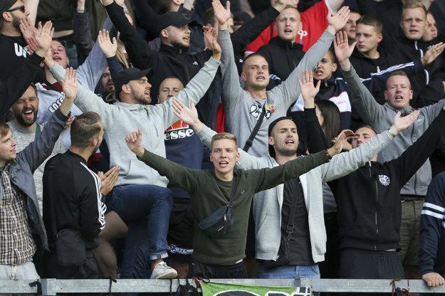 Fanúšikovia Hannoveru reagujú po tom, ako rozhodca zápas ukončil.