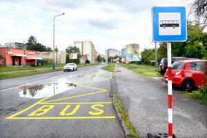 Obchádzka pre autobusy. V smere od Steel Arény budú autobusy MHD využívať obchádzku po odbočení doprava z Toryskej na Ružovú (je tam zriadená provizórna zastávka OC Galéria, Ružová), cez Laboreckú (po odbočení doľava poza OC Galéria) na Triedu SNP (odbočenie doľava) a po odbočení doprava späť na Toryskú popri magistráte.