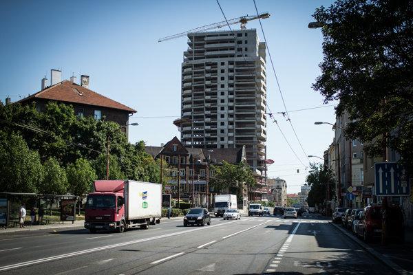 Súčasný stav výstavby mrakodrapu Première, v ktorom bude viac ako 150 bytov.