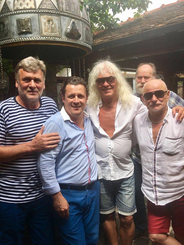 Členovia kapely s podnikateľmi z Galanty.