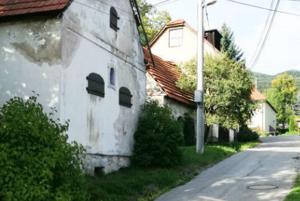 Stoja vnajstaršej časti Hrboltovej, pri potôčiku amedzi dvoma cestami. FOTO: (STAN)